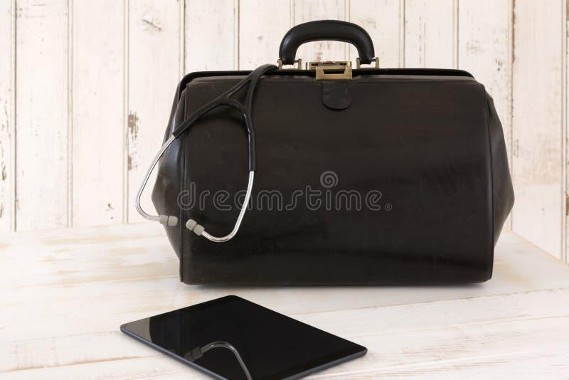 Llamada casera, el bolso del doctor con el estetoscopio y tableta imagen de archivo libre de regalías