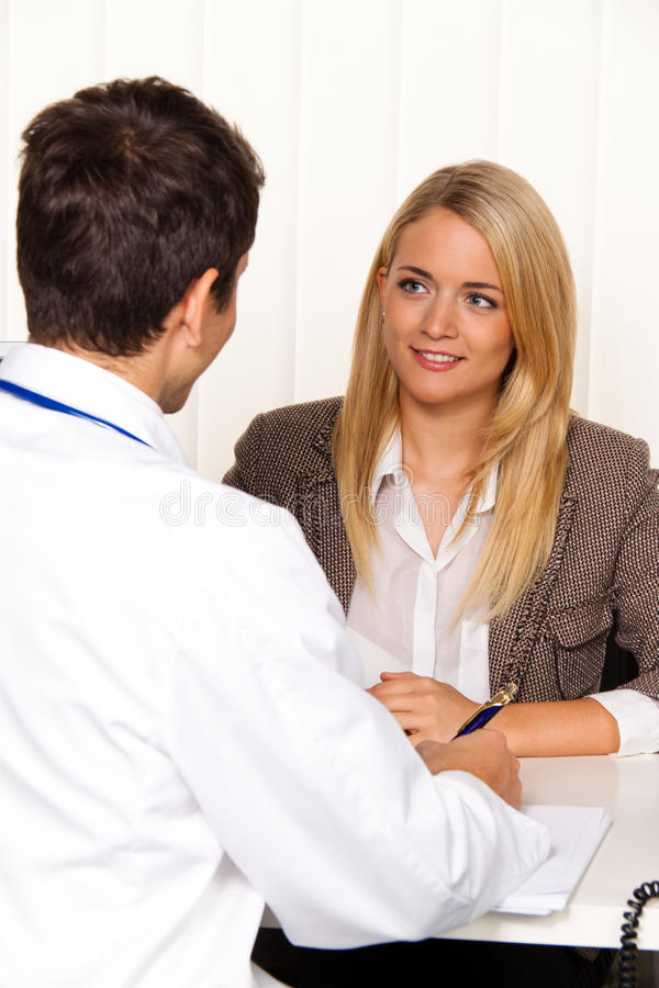 Llamada de los doctores. Paciente y doctor en la discusión imágenes de archivo libres de regalías