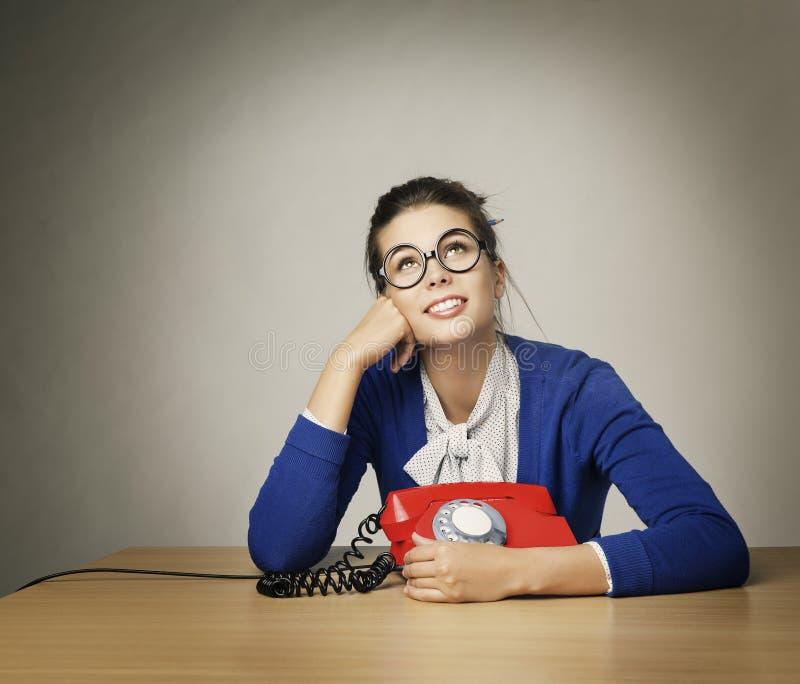 Llamada de teléfono de la mujer que espera feliz, muchacha de pensamiento que mira para arriba fotografía de archivo libre de regalías
