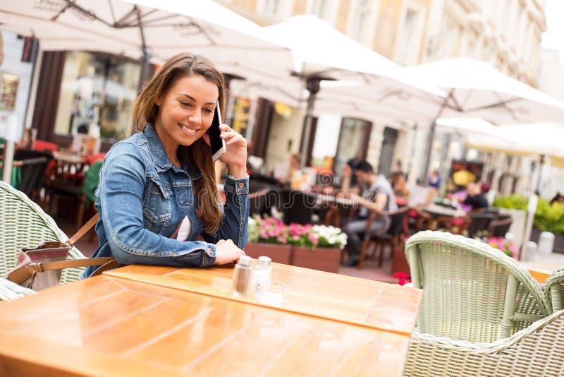 Llamada de teléfono en el restaurante fotografía de archivo