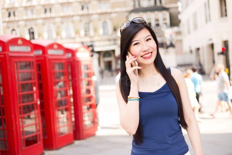 Llamada de teléfono en Londres imagenes de archivo