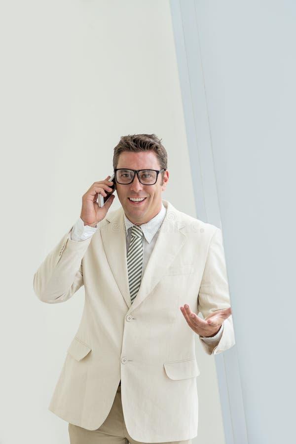Llamada del hombre de negocios fotos de archivo