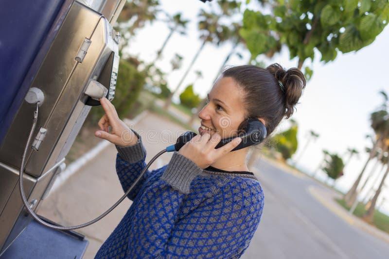 Llamada telefónica de la muchacha fotografía de archivo libre de regalías