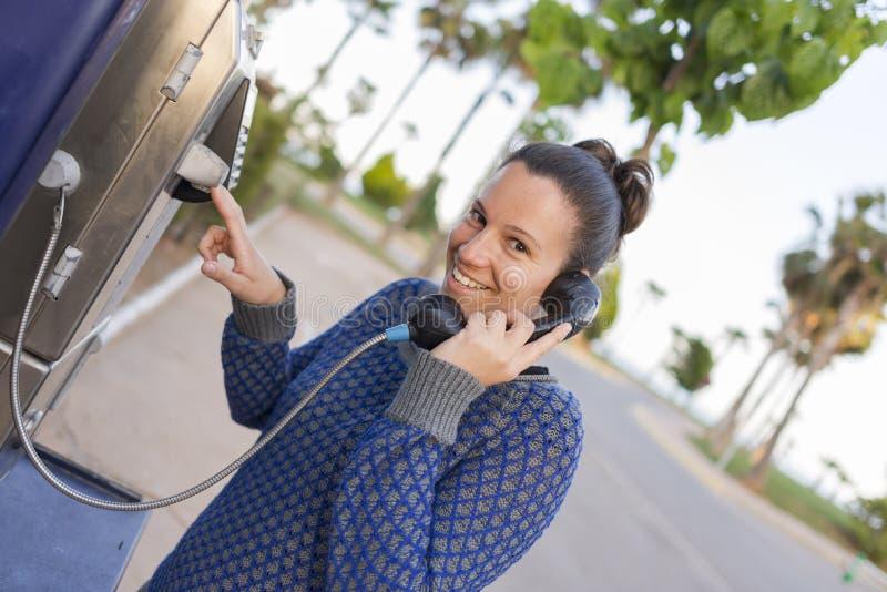 Llamada telefónica de la muchacha imagenes de archivo