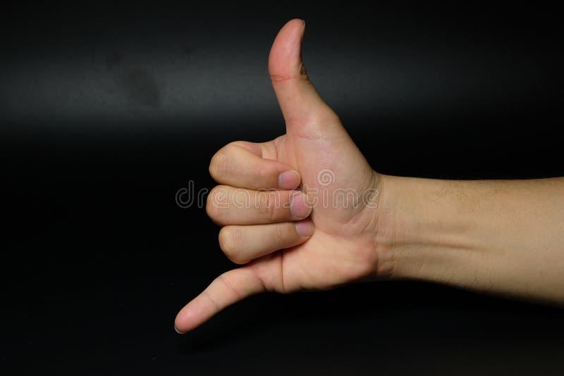 Llamada telefónica móvil yo muestra de la mano en fondo trasero imagen de archivo