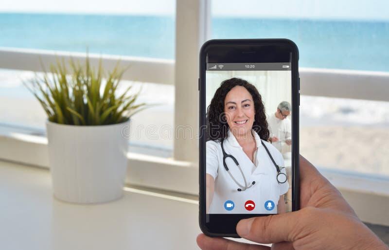 Llamada video de Smartphone a hablar para cuidar a la mujer imagenes de archivo