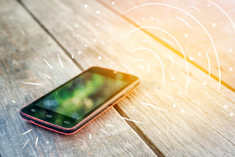 Llamadas de Smartphone en la tabla foto de archivo