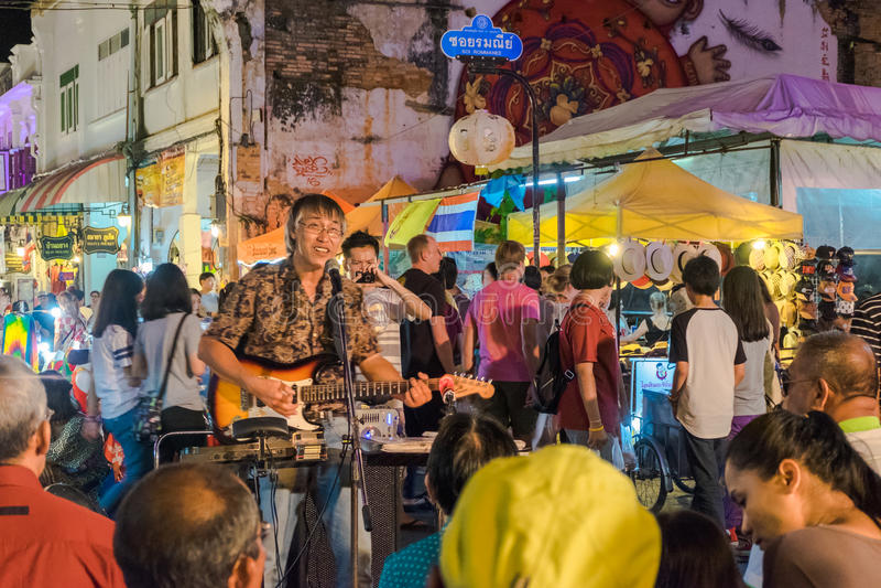 Llaman el hombre tailandés que canta en el viejo mercado de la noche de la ciudad Lard Yai en Phuket, Tailandia fotos de archivo libres de regalías