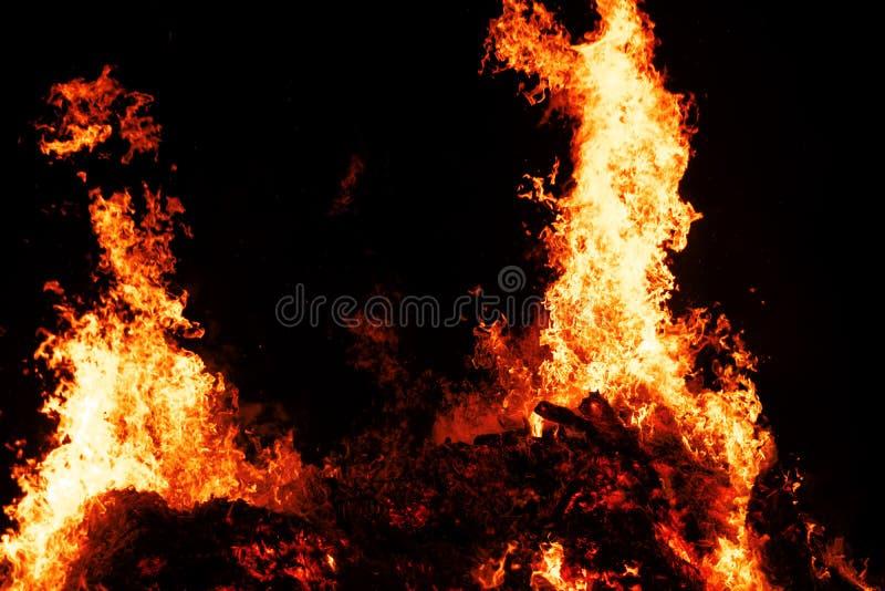 Llamas ardientes calientes en el festival de la hoguera de Pascua según la vieja tradición alemana en Weimar, Tiefurt 2019 foto de archivo
