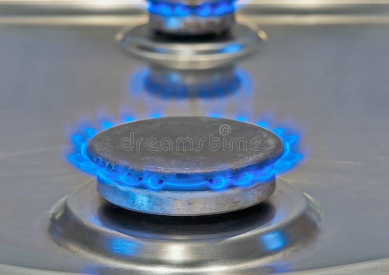 Llamas azules que queman de una estufa de gas imagenes de archivo