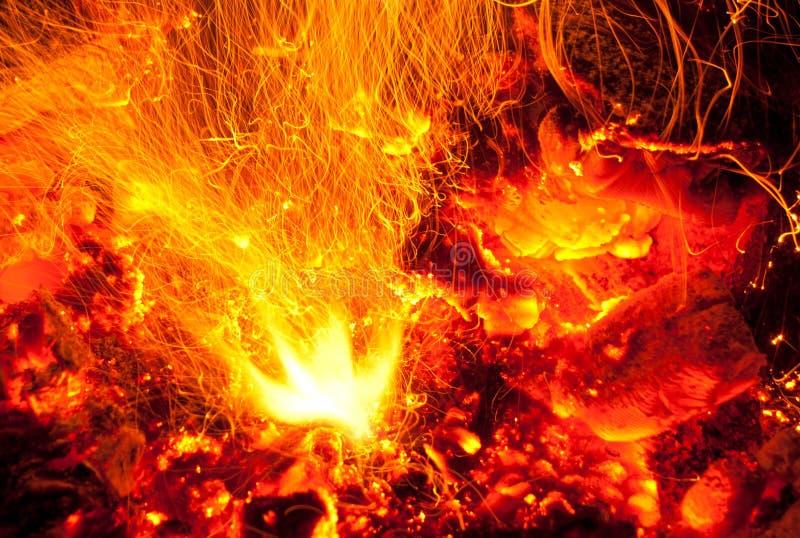 Llamas del fuego con las chispas fotografía de archivo libre de regalías