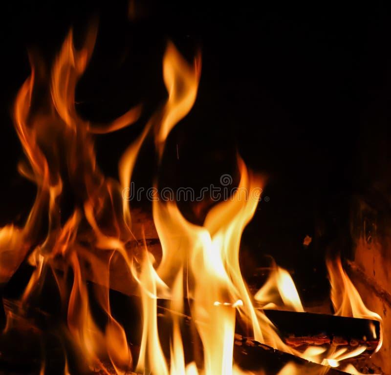 Llamas del fuego en fondo negro Fuego del misterio fotos de archivo