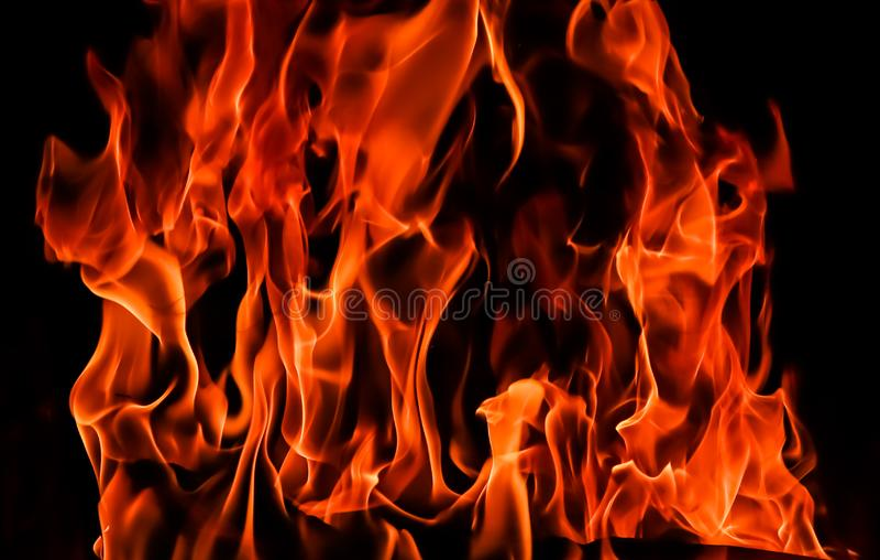 Llamas del fuego en un fondo negro El misterio del fuego fotos de archivo