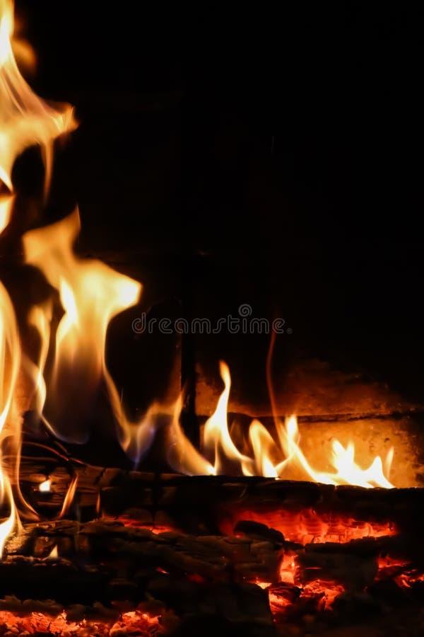Llamas del fuego en un fondo negro El misterio del fuego Espacio para la copia, texto, sus palabras vertical fotos de archivo