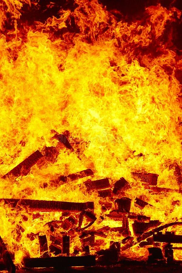 Llamas del fuego en una hoguera Emergencia del bombero Combustión del peligro imagen de archivo