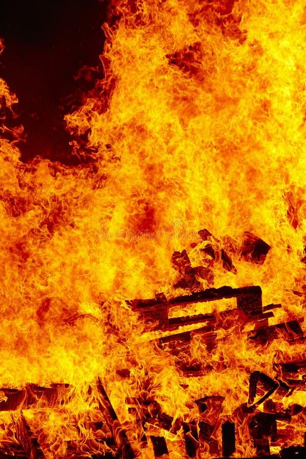 Llamas del fuego en una hoguera Emergencia del bombero Combustión del peligro fotos de archivo