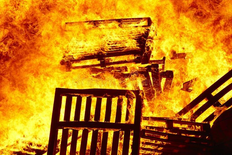 Llamas del fuego en una hoguera Emergencia del bombero Combustión del peligro imagen de archivo libre de regalías
