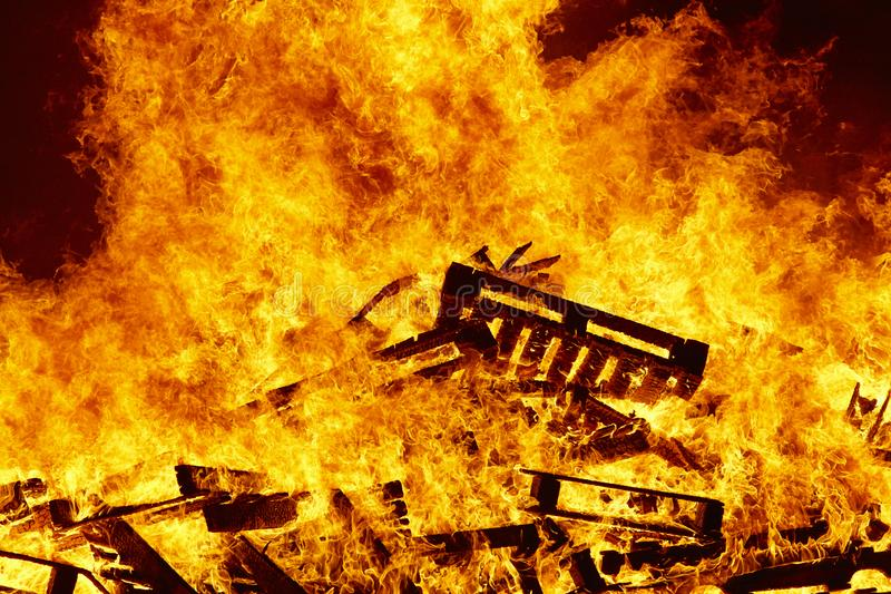 Llamas del fuego en una hoguera Emergencia del bombero Combustión del peligro foto de archivo