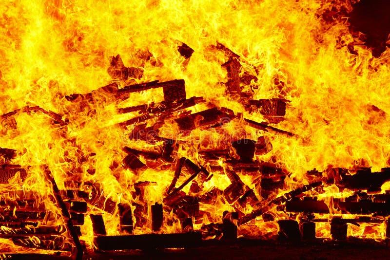Llamas del fuego en una hoguera Emergencia del bombero Combustión del peligro imagenes de archivo