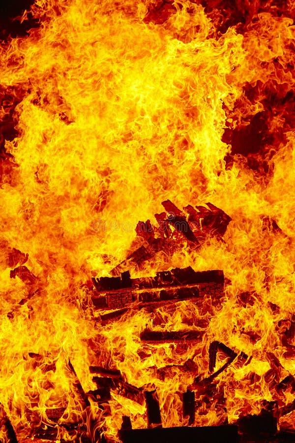 Llamas del fuego en una hoguera Emergencia del bombero Combustión del peligro foto de archivo libre de regalías