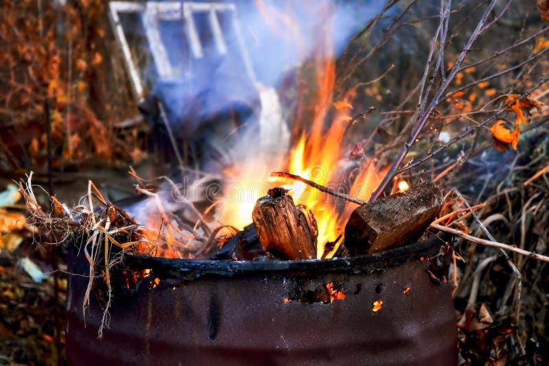 Llamas en un barril de frío en el otoño imagen de archivo libre de regalías