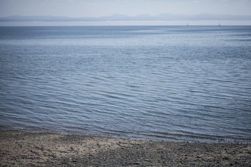 Llanbedrog, de mening van het water en het strand royalty-vrije stock foto