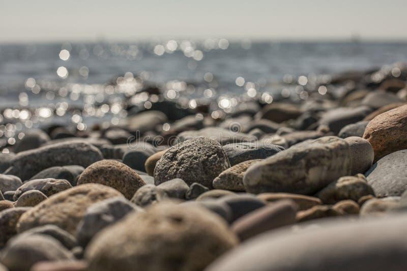 Llanbedrog, Gales norte, o Reino Unido - as pedras na praia imagens de stock