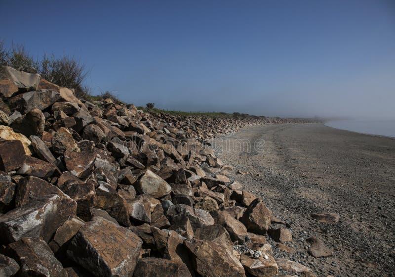 Llanbedrog, Gales, o beira-mar em um dia ensolarado - as rochas imagens de stock