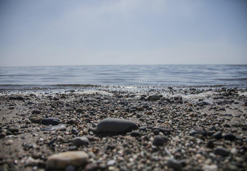 Llanbedrog, Gales, o beira-mar em um dia ensolarado - seixos fotos de stock