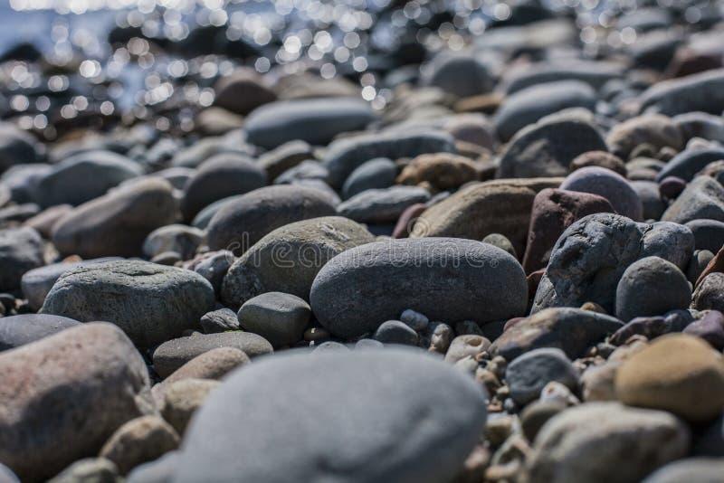 Llanbedrog, Gales, o Reino Unido - as pedras na praia foto de stock royalty free