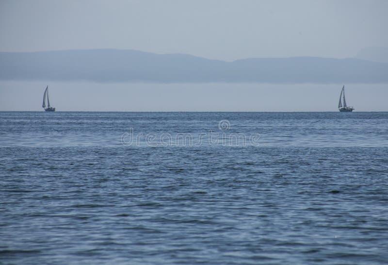 Llanbedrog, Pays de Galles du nord, R-U - la mer bleue et deux bateaux photo libre de droits