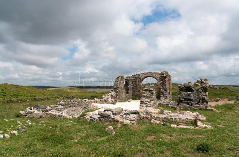 Llanddwyn海岛废墟  免版税库存照片