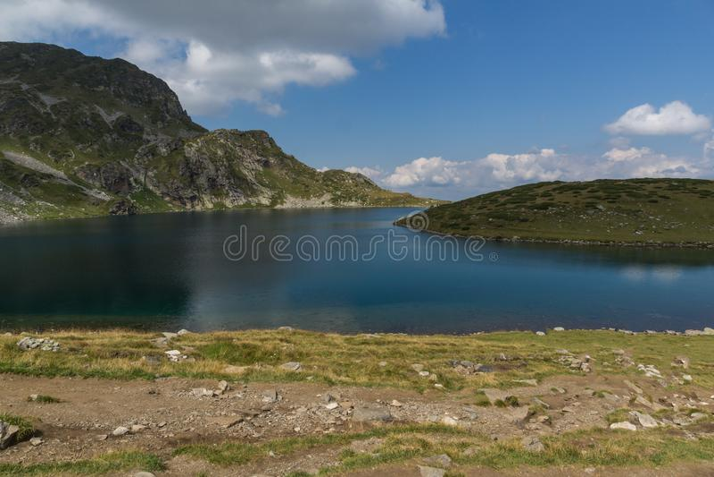 Llandscape z Cynaderki jeziorem przy Siedem Rila jeziorami, Rila góra, Bułgaria zdjęcie royalty free