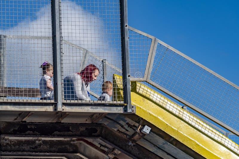 Llandudno, Pays de Galles - 23 avril 2018 : Gens appréciant le pilier à la station balnéaire de Llandudno, Pays de Galles du nord photos stock