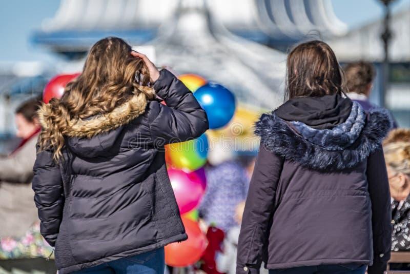 Llandudno, Pays de Galles - 23 avril 2018 : Gens appréciant le pilier à la station balnéaire de Llandudno, Pays de Galles du nord photographie stock libre de droits