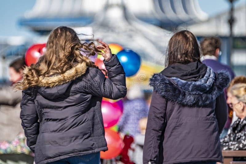 Llandudno, Pays de Galles - 23 avril 2018 : Gens appréciant le pilier à la station balnéaire de Llandudno, Pays de Galles du nord image libre de droits