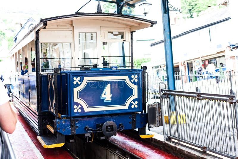 LLandudno, Wales, Nordufer-Strand, Großbritannien - 27. Mai 2018 Straßenbahnwartepassagiere in der ersten Station Funikuläres Zug stockbilder