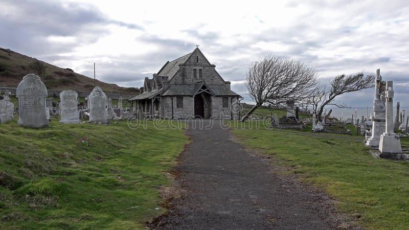 Llandudno Wales, UK - April 22 2018: Kyrka och kyrkogård för ` s för St Tudno på den stora Ormen på Llandudno, Wales, UK fotografering för bildbyråer