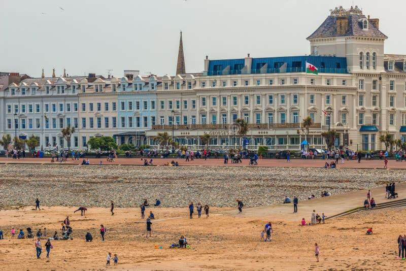 Llandudnobaai, Wales, mensen op het strand en de Victoriaanse architectuur royalty-vrije stock afbeelding