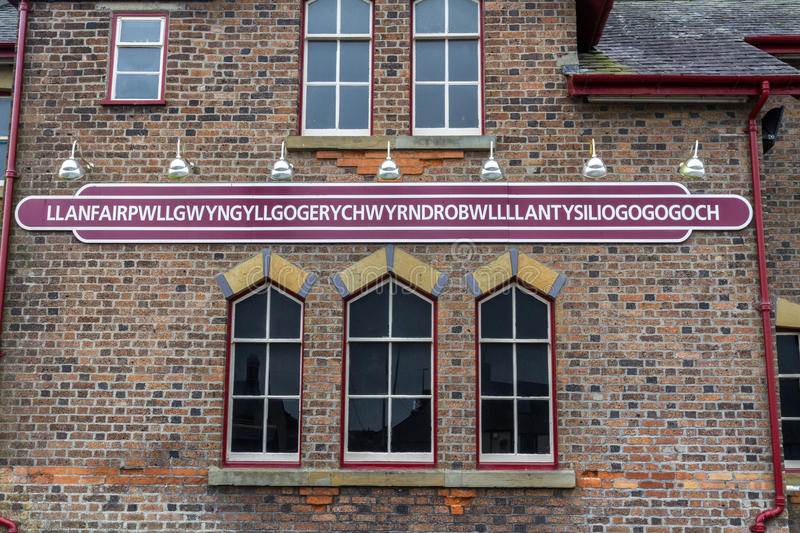 Llanfairpwllgwyngyll railway station sign. Name of Railway Station Llanfairpwllgwyngyllgogerychwyrndrobwllllantysiliogogogoch, Anglesey, Wales, United Kingdom stock photography