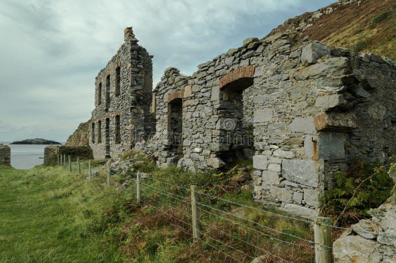 Llanlleiana老瓷的被放弃的被破坏的工厂厂房在Llanbadrig运作 免版税库存照片
