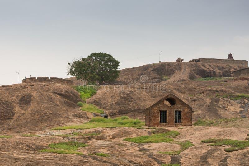 Llano con el fuerte interior de la roca de Dindigul de la ruina imagen de archivo