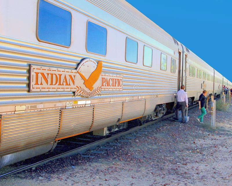 Llano pacífico indio de Nullarbor del tren de la gente, Australia imagenes de archivo