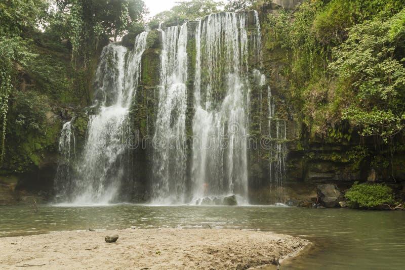 Llanos de Cortés Waterfall und Strand lizenzfreies stockbild