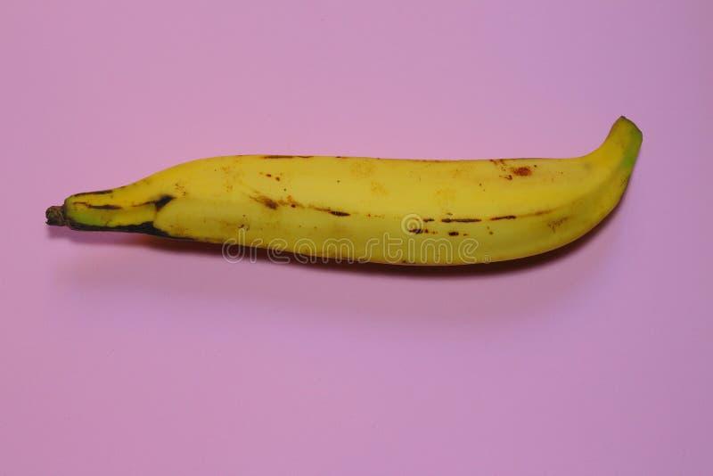 Llantén en fondo rosado milenario La consumición de una manera vegetariana es tendencia de la gente joven y consciente imagenes de archivo