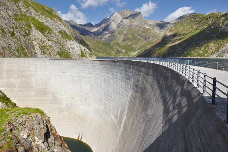 Llauset水坝在西班牙 水力发电的能量力量 迁徙的路线 免版税库存图片