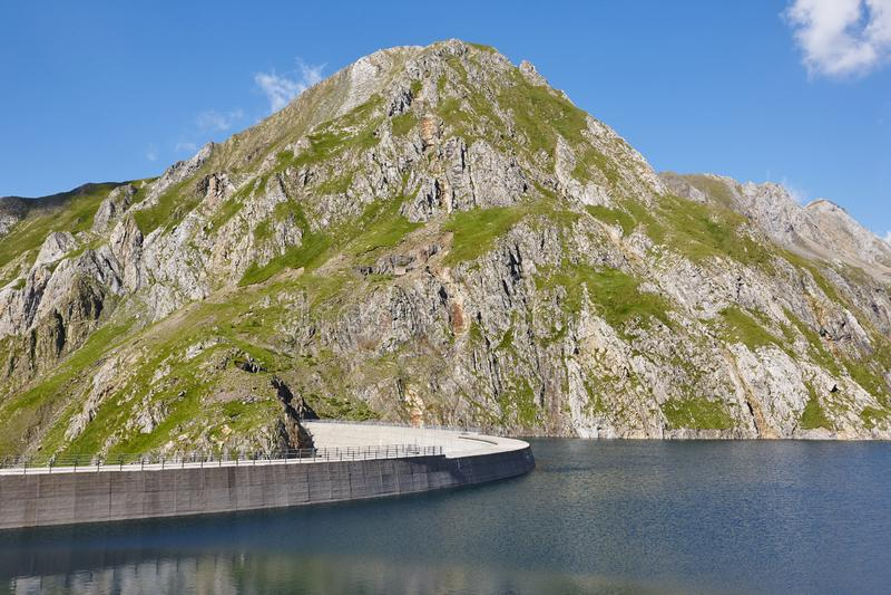 Llauset水坝在阿拉贡 水力发电的能量力量 迁徙的溃败 库存照片