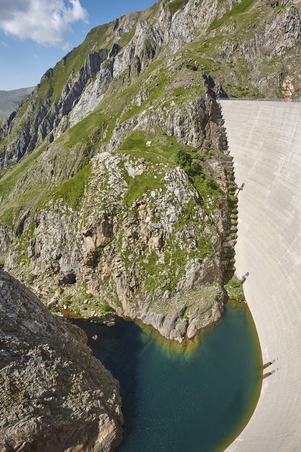 Llauset水坝在阿拉贡 水力发电的能量力量 迁徙的溃败 免版税库存图片