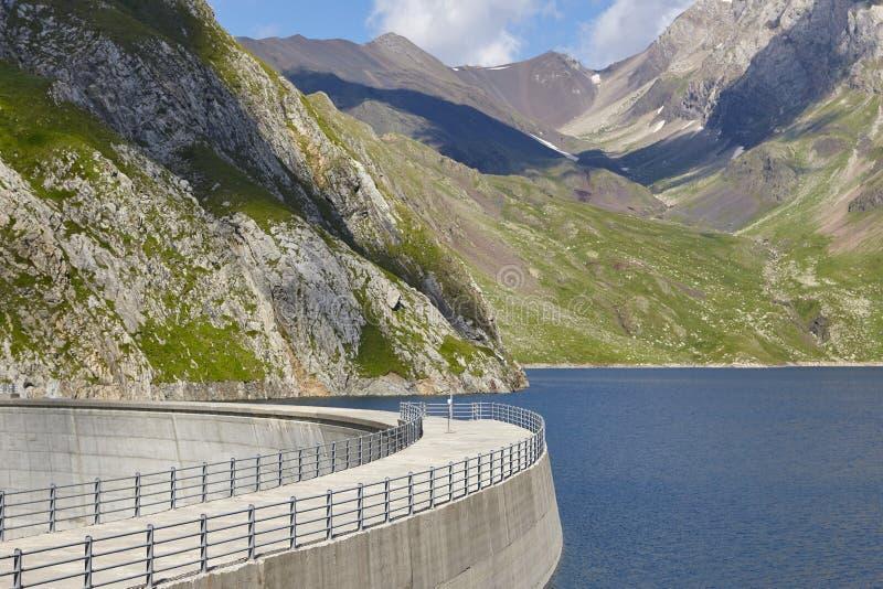 Llauset水坝在阿拉贡 水力发电的能量力量 迁徙的溃败 免版税库存照片