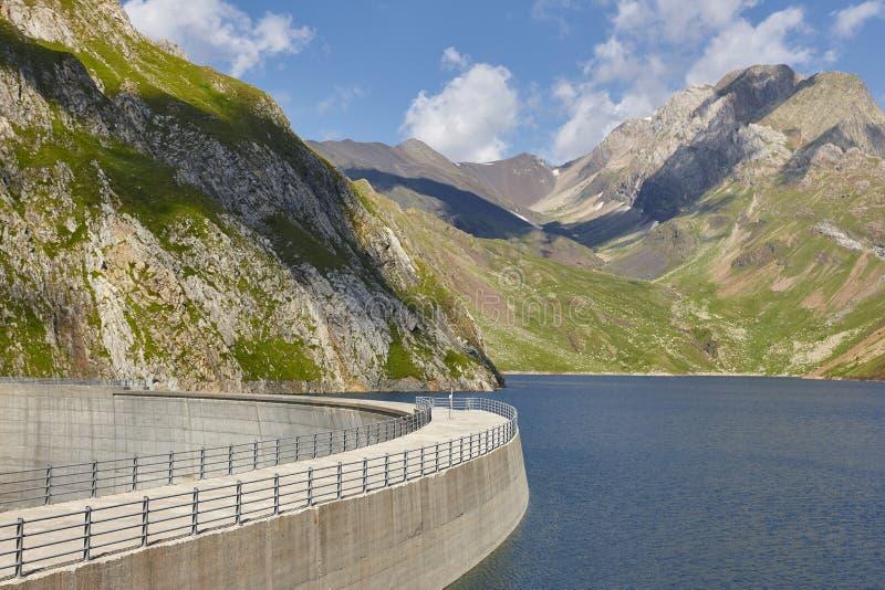 Llauset水坝在阿拉贡 水力发电的能量力量 迁徙的路线 免版税库存照片